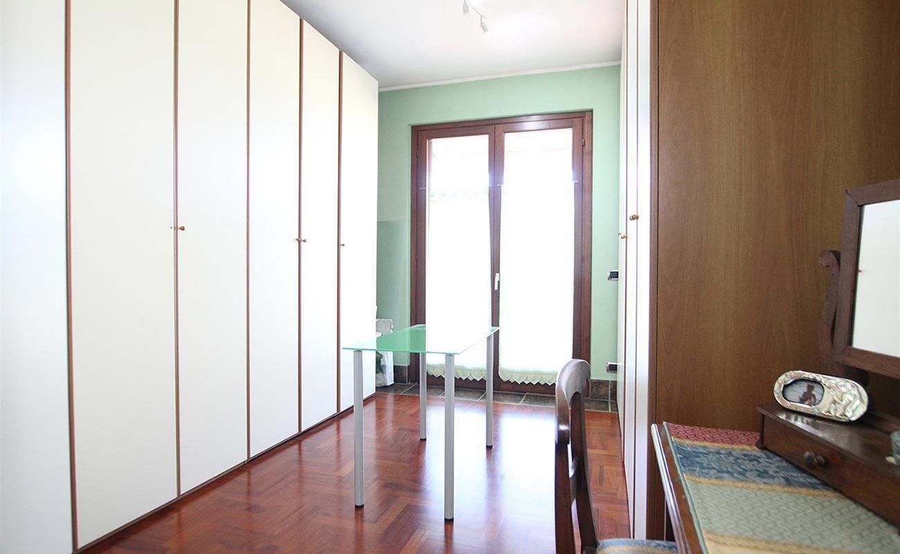 Villa con giardino privato e box doppio a Oleggio