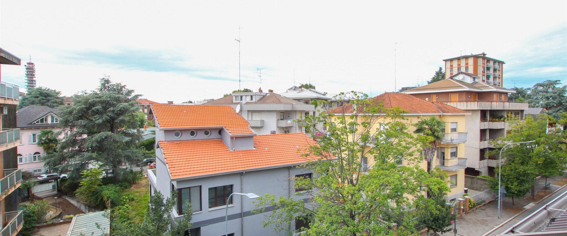 Bilocale con terrazzino e box